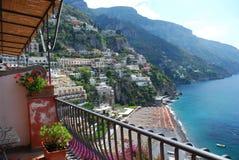 Strandsikt från balkongen, Positano, Amalfi kust, Italien arkivfoto