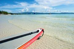 Strandsikt med bränningbrädet i Boracay Royaltyfria Bilder