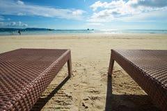 Strandsikt med reclineren i Boracay Royaltyfri Fotografi