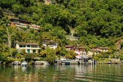 Strandsiktsby på sjön Lugano switzerland arkivbilder
