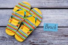 Strandskodonbegrepp, gula sandaler Fotografering för Bildbyråer