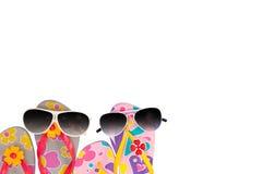 strandskor med solglasögon som isoleras på vit bakgrund Royaltyfri Bild
