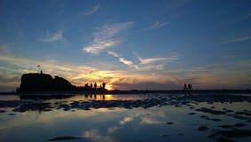 Strandskysetsolnedgång på en perranporthstrand cornwall Arkivfoton