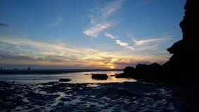 Strandskysetsolnedgång på en perranporthstrand cornwall Arkivfoto