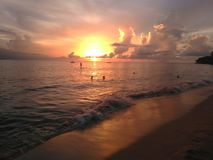 Strandsolnedgång Aguadillia Puerto för forcerat fartyg arkivfoton