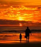Strandsolnedgång med farsan Arkivbild