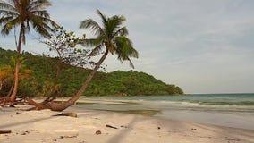 Strandsolnedgång på den Phu haneön i Vietnam stock video