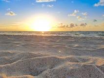Strandsoluppgång, sol, sand, sommar, hav & blå himmel arkivfoto