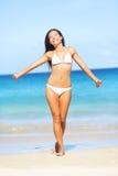 Strandsommaren semestrar carefree frihet för bikinikvinna Arkivbild