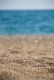 Strandsommerhintergrund mit Sand und Meer Lizenzfreies Stockfoto