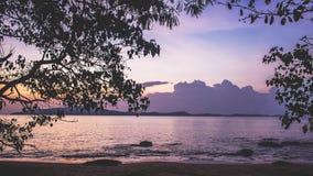 Strandsonnenuntergangsonnenaufganglichtsonnenschein-Wellenmeer Thailand stockbilder