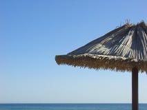 Strandsonnesonnenschirm lizenzfreie stockbilder