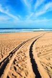 Strandspår i sand på den Polihale delstatsparken fotografering för bildbyråer