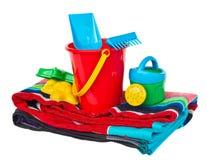 Strandspeelgoed met op handdoek royalty-vrije stock afbeelding