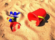 Strandspielwaren auf dem Sand Stockbilder