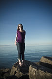strandståendekvinna royaltyfri foto