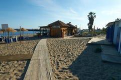 Strandstång i marbella bredvid palmtree Arkivfoton
