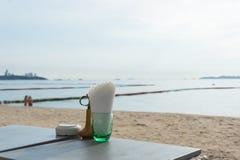 Strandstång med tropiska frukter Det bästa ögonblicket på Pattaya, Thailand royaltyfri foto