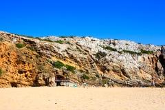 Strandstång på den steniga kusten Arkivbild