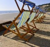Strandstühle auf dem Strand Stockfotos