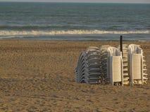 Strandstühle, die nach einem Sommertag stillstehen Stockfotos