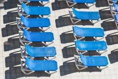 Strandstühle durch das Pool Lizenzfreie Stockbilder