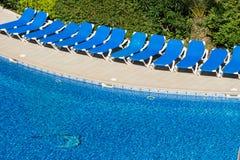 Strandstühle durch das Pool Stockbild