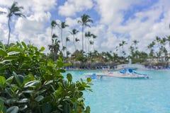 Strandstühle im Swimmingpool im tropischen Hotel nehmen Zuflucht Entspannende Zeit im Pool Stockfotografie