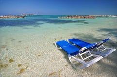 Strandstühle im Wasser Stockfoto