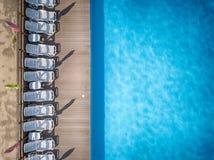 Strandstühle nahe Swimmingpool, Draufsicht Lizenzfreie Stockbilder