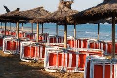 Strandstühle u. -sonnenschirme Stockfotos