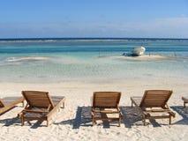Strandstühle und Fischerboot Stockbild