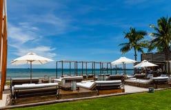 Strandstühle und -regenschirm Lizenzfreie Stockfotos