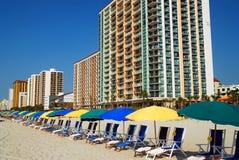 Strandstühle und -regenschirme lizenzfreies stockbild