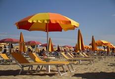 Strandstühle und -regenschirme Stockfotos