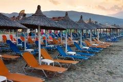 Strandstühle und -regenschirme auf Neoi Poroi setzen auf den Strand lizenzfreie stockbilder
