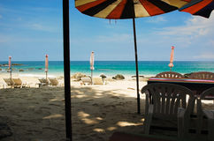 Strandstühle und Sonnenschutz Stockfotos
