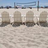 Strandstühle und Volleyballnetz lizenzfreie stockfotografie