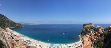 Strandstadt von Scilla Stockfotos