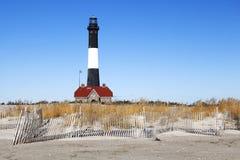 Strandstaket och fyr fotografering för bildbyråer