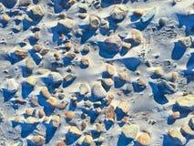 Strandsteine und -schatten schließen oben lizenzfreie stockfotos