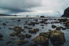 Strandstenblock på en molnig dag Royaltyfri Fotografi