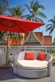 Strandstühle und -regenschirme Stockfoto