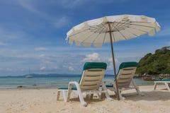 Strandstol framme av havet Phuket Thailand arkivfoto