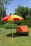 Strandstol med paraplyet Royaltyfri Foto