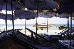 Strandstol och strandparaply Fotografering för Bildbyråer