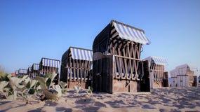 Strandstol som vilar stället vid sjösidan fotografering för bildbyråer