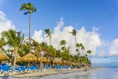 Strandstolar i simbassäng på det tropiska hotellet tillgriper Avslappnande tid i pölen Royaltyfria Foton
