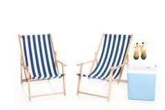 strandstolar, kallare ask och sommarcoctailar, royaltyfri bild