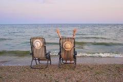 Strandstolar med havet som bakgrund royaltyfria foton
